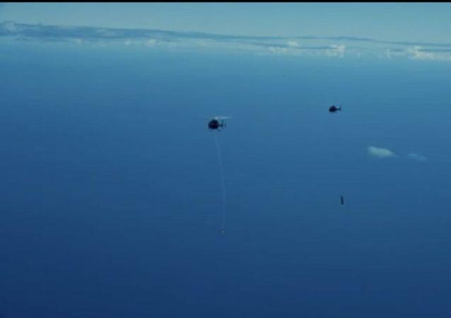 SpaceX公司的竞争对手在空中抓住了自己的火箭推进器