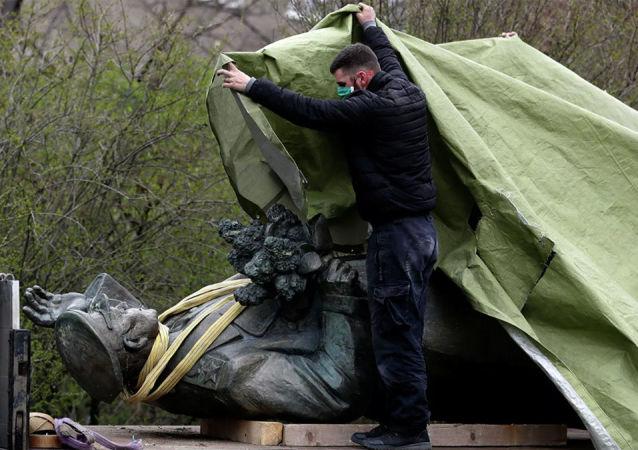 在布拉格拆除科涅夫元帅雕像