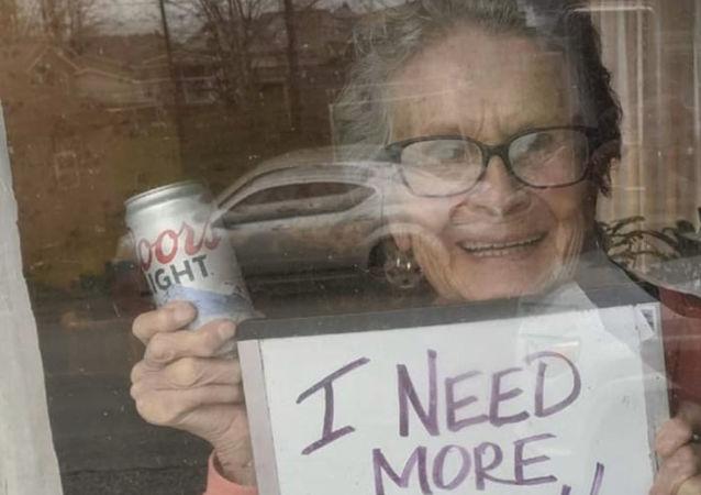 """93岁老妇发出""""更多啤酒""""求助后家门口收到150罐啤酒"""