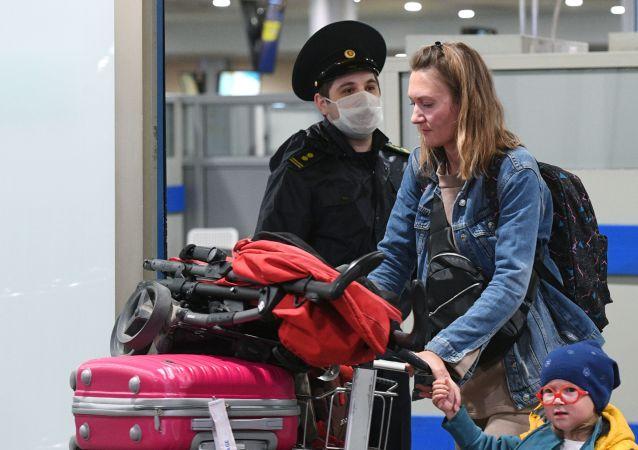 女旅行者在谢列梅捷沃机场