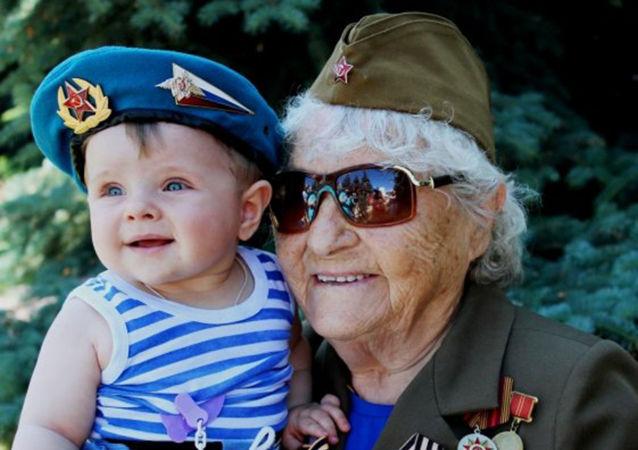 伟大卫国战争老兵玛利亚·科尔塔科娃与祖国未来保卫者们共同庆祝俄罗斯空降兵节日