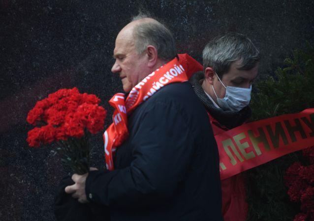 俄罗斯共产党党员在列宁150周年诞辰日向列宁墓献花圈