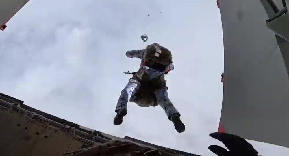 俄空降兵在联合演习期间于白俄罗斯进行空降
