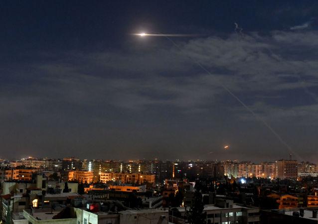 叙利亚防空部队反击以色列对大马士革的空袭(资料图片)