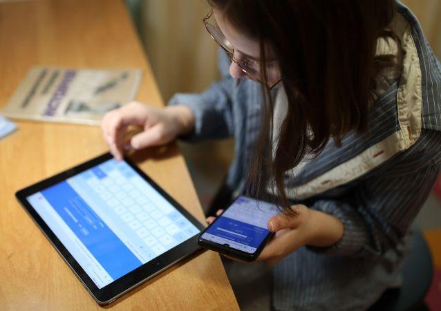 民调:三分之一俄小学生每天玩电子产品的时间超过8小时