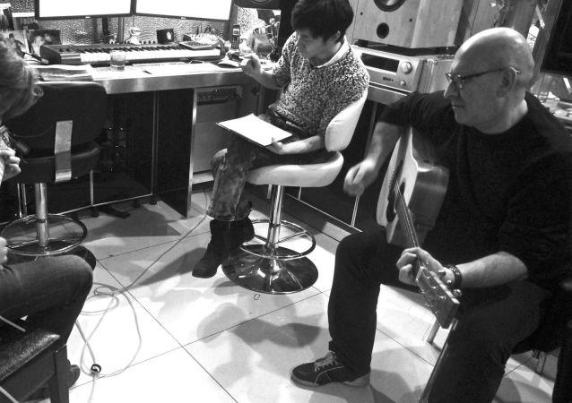 言凯玄与朋友一起在录音室
