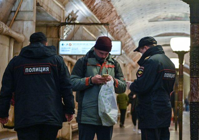 莫斯科规定乘坐公共交通工具必须戴口罩手套  违者罚款