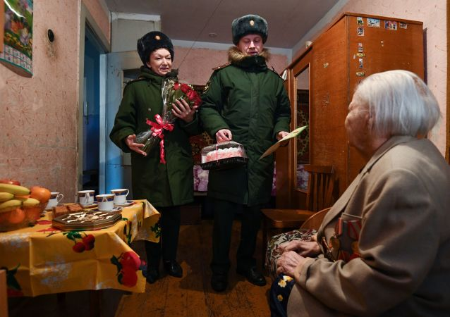 在胜利日为俄罗斯老兵在窗下唱歌种花