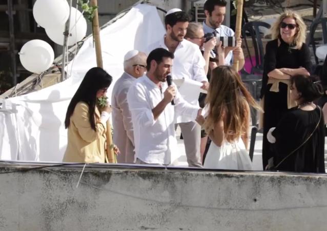特拉维夫一对夫妇在屋顶办婚礼