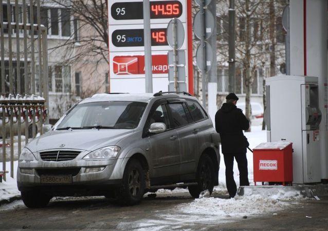 俄哈巴罗夫斯克加油站仍有排队加油的车队但已经缩短