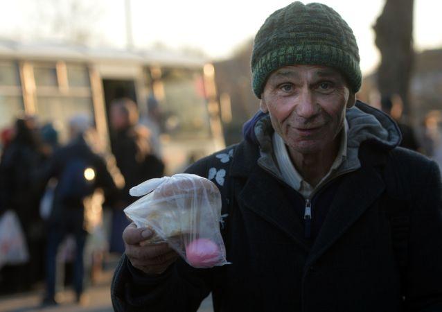 莫斯科人开始在生日当天与无家可归者分享食物
