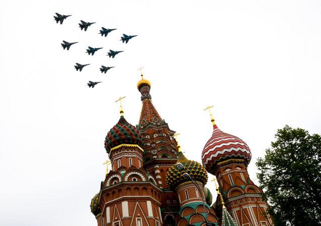 普京在亚历山大花园献花后观看空中阅兵