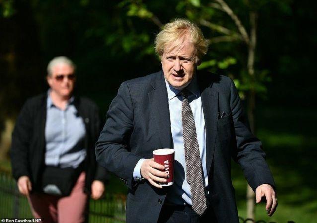 英国一名路人责骂在公园里散步的英国首相