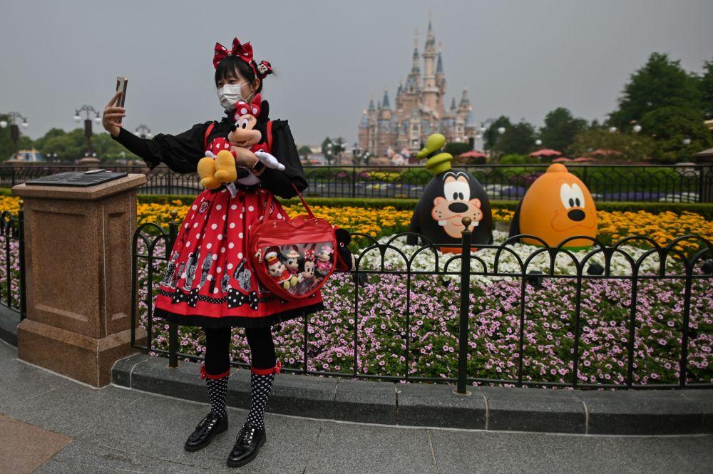 米老鼠和朋友们在上海迪士尼乐园重新迎接游客