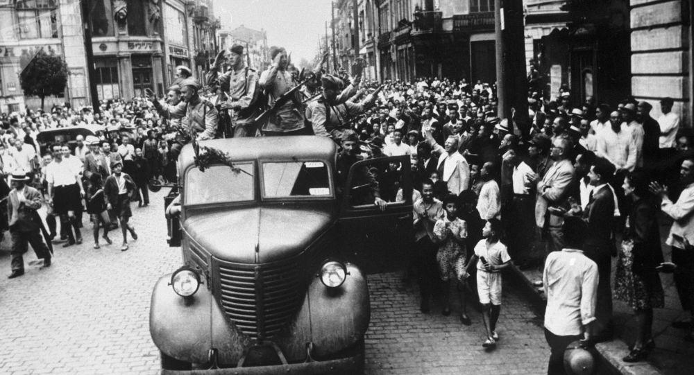 1945年,哈尔滨居民迎接苏联解放者