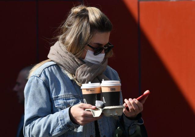 民调:大多数俄罗斯人愿严格遵守公共场所佩戴口罩和手套的规定
