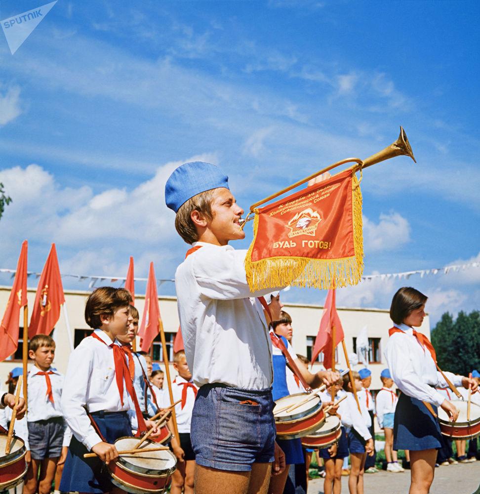"""1983年楚瓦什共和国切博克萨雷市郊区的""""燕子""""少先队员夏令营早晨集合时的号手和鼓手"""