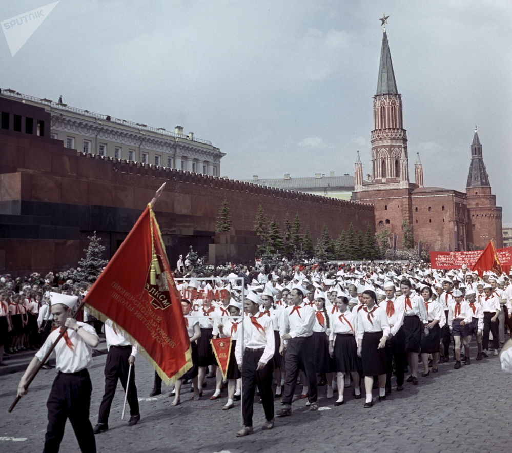 1963年少先队员们在莫斯科红场庆祝苏联少年先锋队41周年的庆典阅兵式上