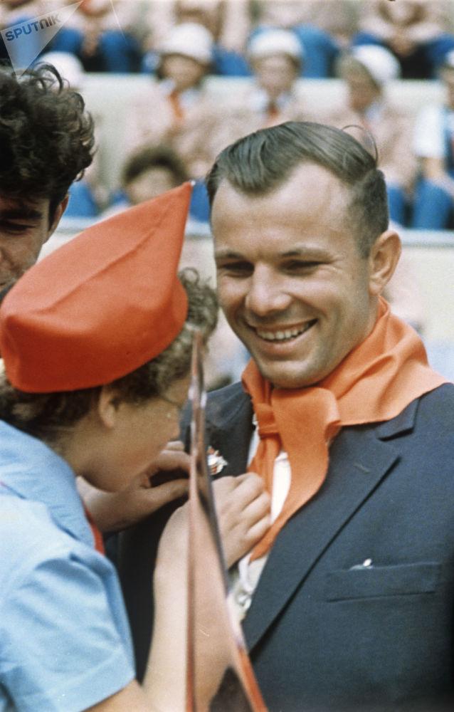 1963年宇航员尤里·加加林在苏联阿尔捷科少先队员夏令营与少先队员们见面