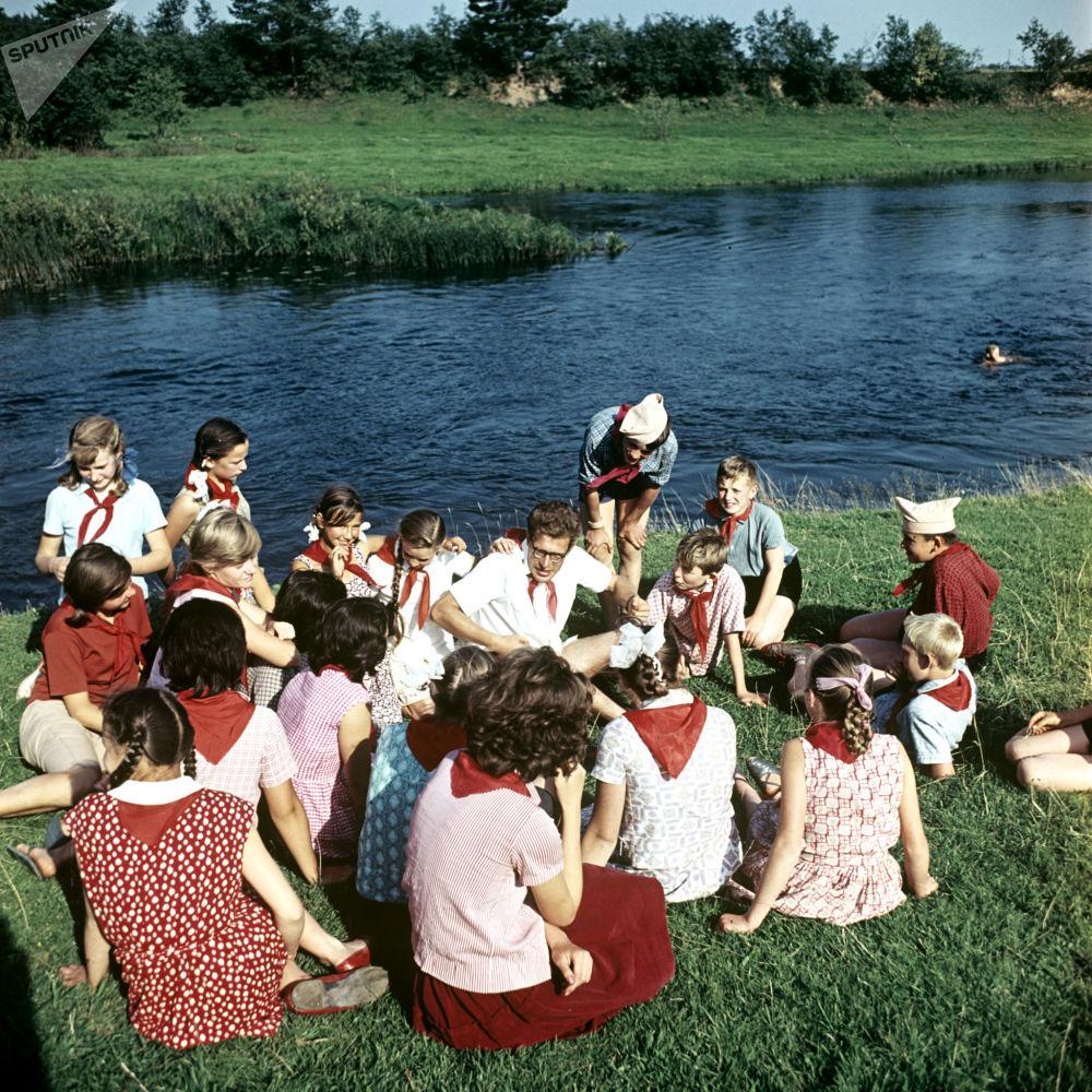 """1966年少先队员们在""""少年水手""""少先队员夏令营"""