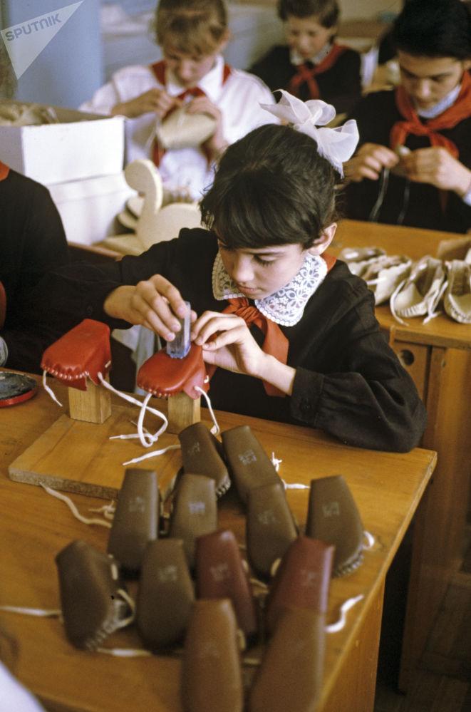 1988年苏联学生在手工课上