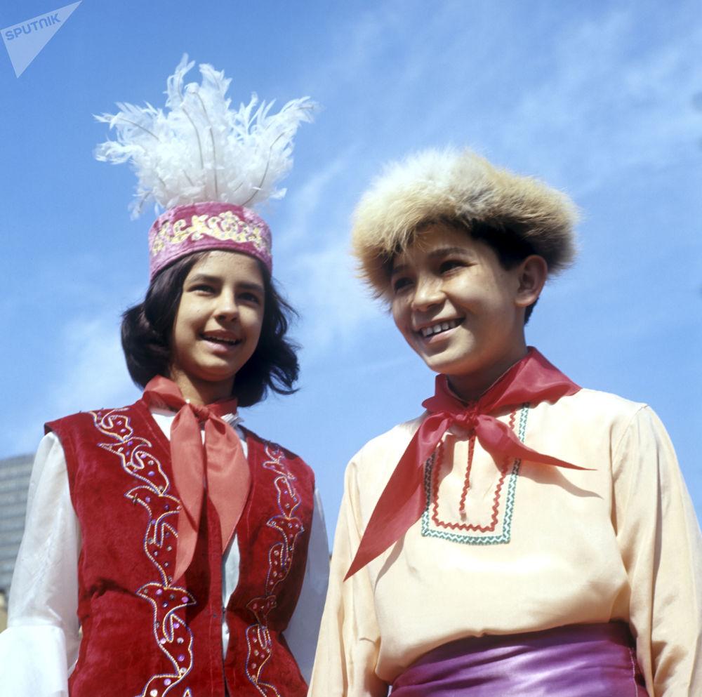 1972年哈萨克斯坦共和国的少先队员们在红场上