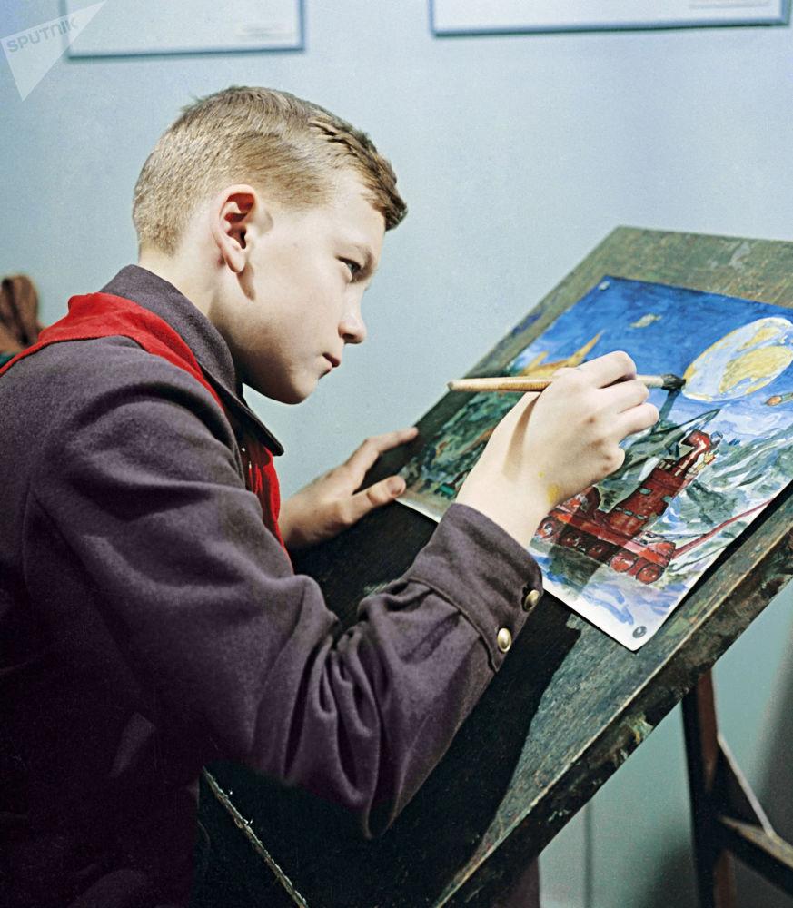 1959年莫斯科少先队员们在课外小组课堂上画画