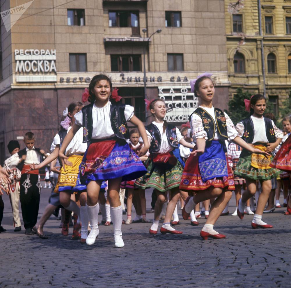 1967年少先队员们在跳苏联民族舞蹈