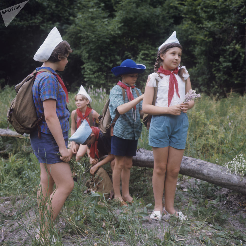 1969年黑海,行进中的少先队员们