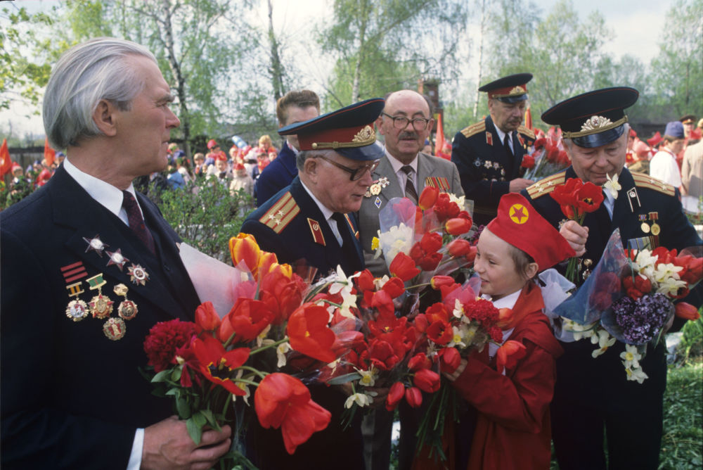 1989年少先队员们在胜利日向老战士们祝贺节日