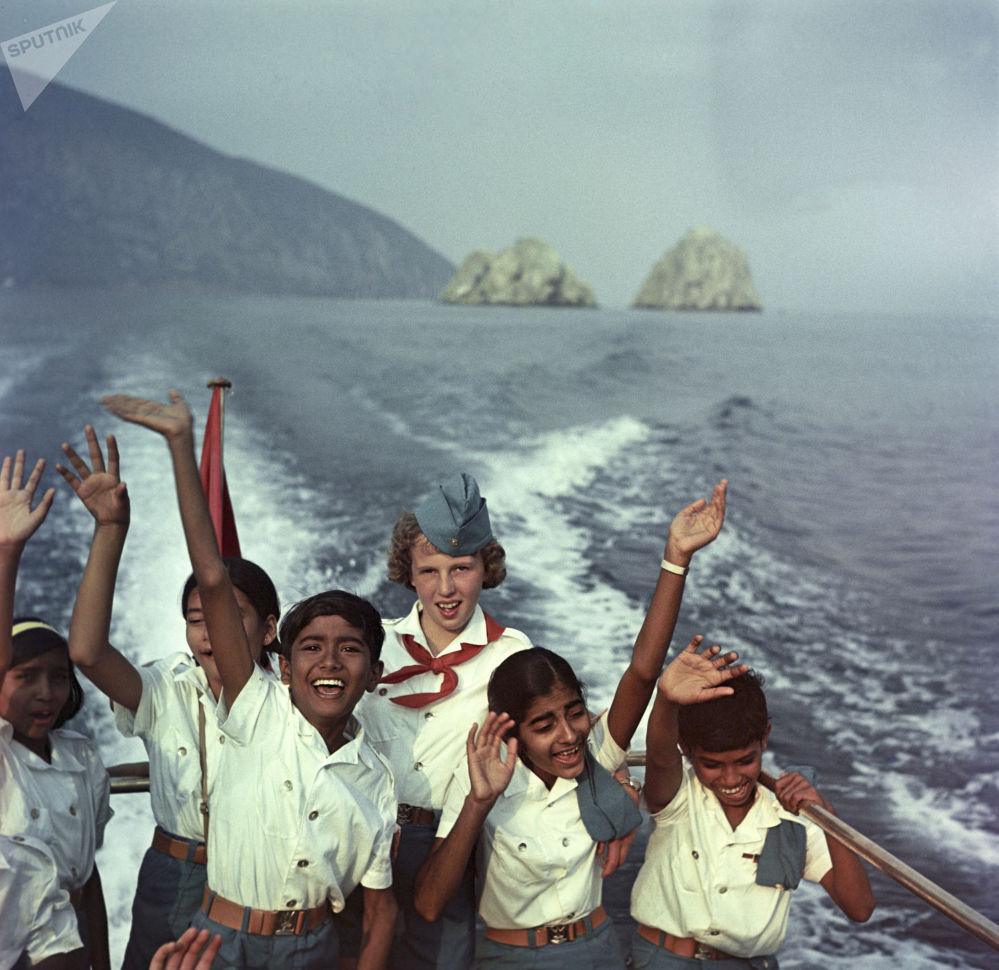 1968年苏联和印度两国孩子们在黑海上乘船游玩