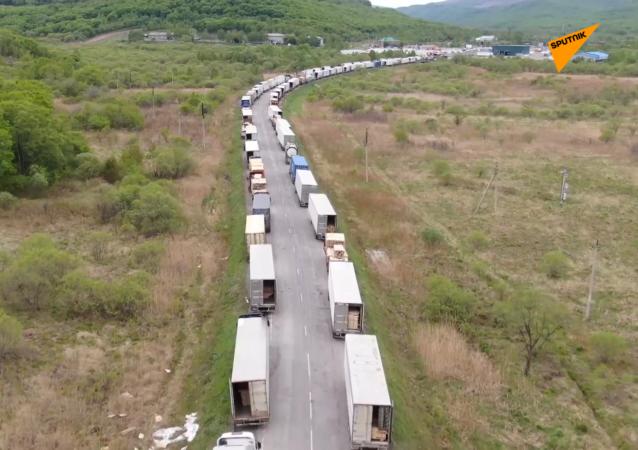 数百辆货车因新冠疫情滞留俄中边境