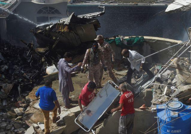 巴基斯坦政府称空难导致至少90人死亡