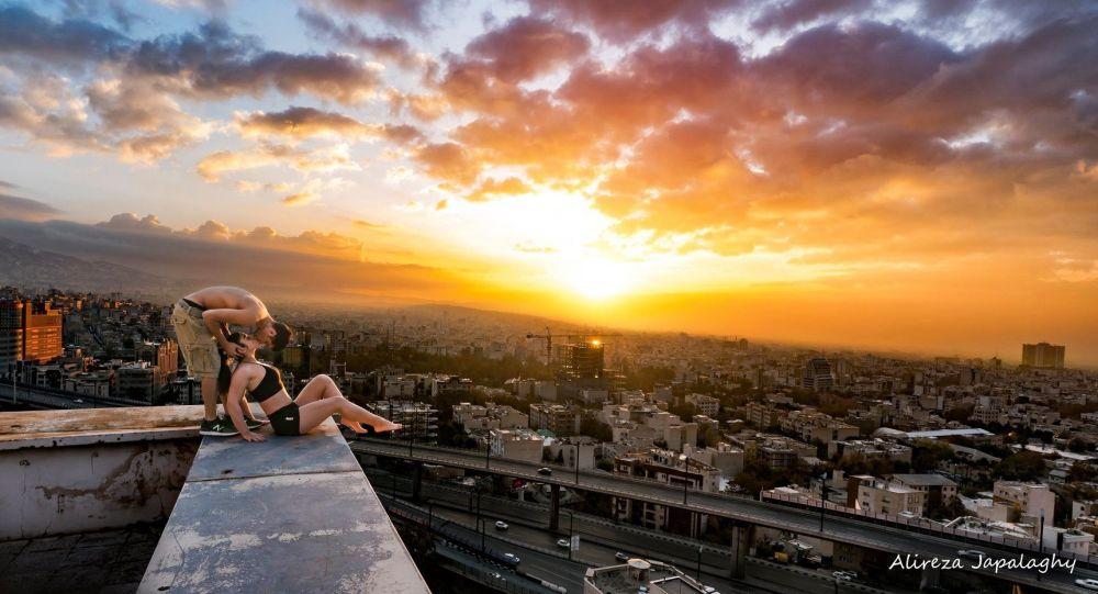 伊朗一名跑酷爱好者在房顶上接吻后被捕