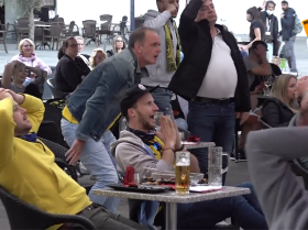 德国足球俱乐部球迷可以在酒吧里看球