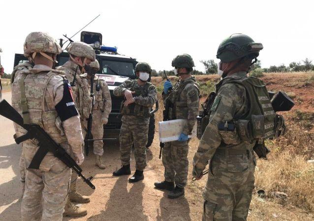 俄土军人在叙利亚哈塞克省进行50公里长的例行联合巡逻