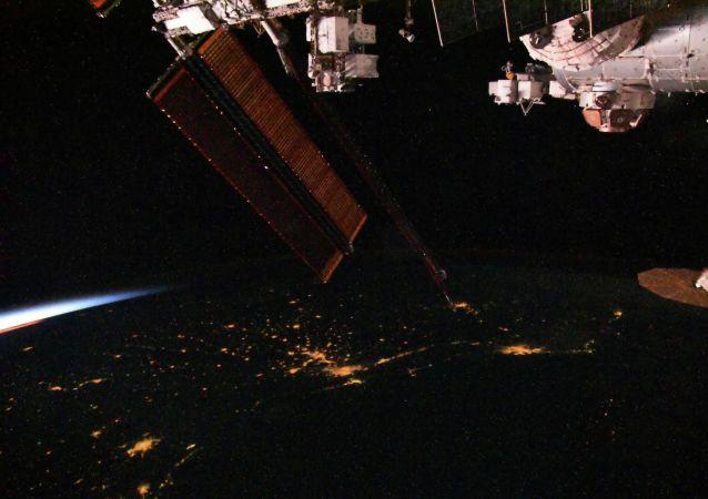 国际空间站宇航员使用探伤仪检测俄舱段的裂缝