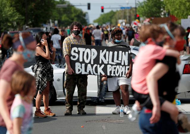 美国明尼阿波利斯的抗议者连续第二日无视宵禁上街游行
