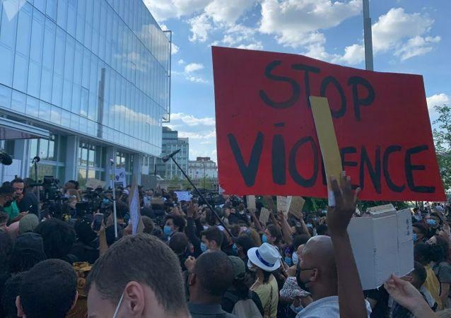 法国首都6月2日举行了反警察暴力和反种族歧视游行