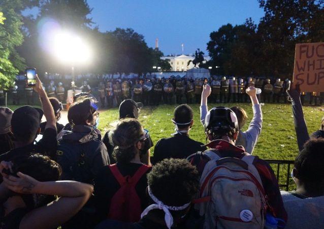 抗议者在白宫旁示威
