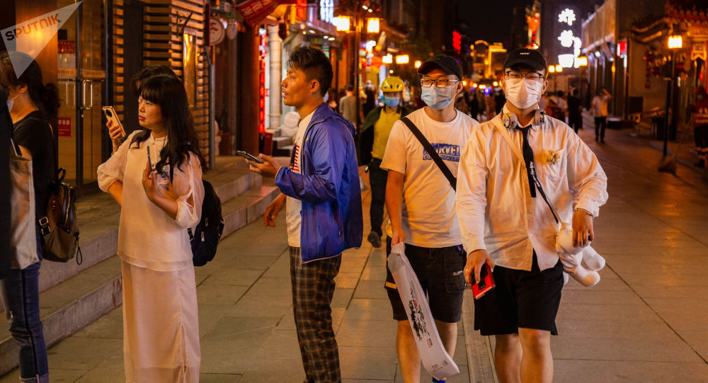 世卫组织如今建议公众在无法保持人际距离的场所佩戴口罩