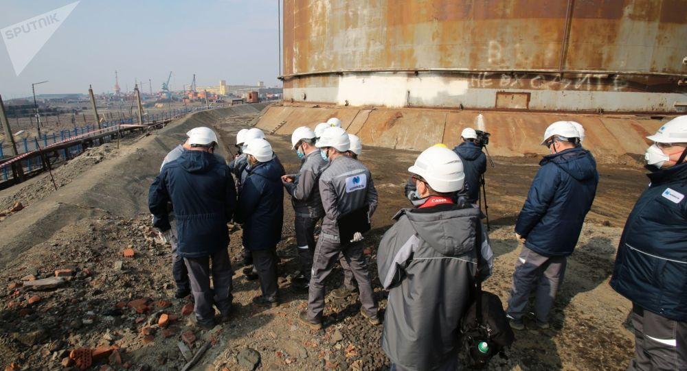 为收集泄漏柴油已将64个油罐运抵诺里尔斯克