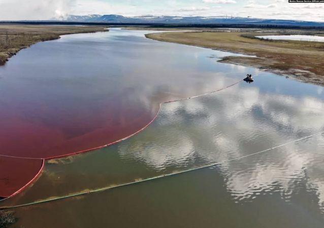 俄紧急情况部:已在诺里尔斯克柴油泄漏现场收集700吨油水混合物