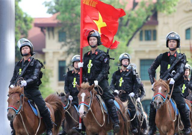 Lực lượng Cảnh sát cơ động kỵ binh diễu hành.