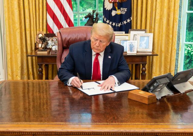 特朗普签署一项可能导致中国公司退出美国证券交易所的法律