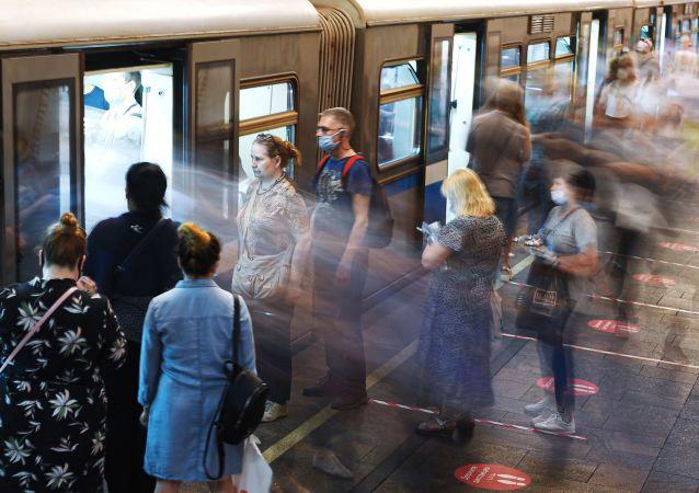 莫斯科警察在地铁里为产妇接生