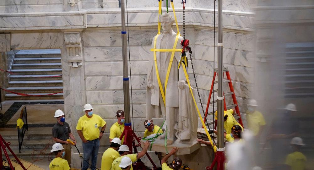 美国拆除奴隶制南方邦联总统雕像时发现1936年藏匿的波本威士忌