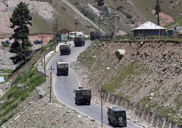 印度军事车队在克什米尔