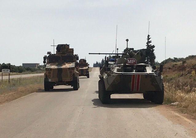 俄土巡逻队沿叙利亚M-4公路路巡逻