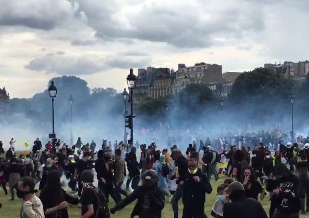 巴黎医务人员16日抗议活动期间爆发骚乱